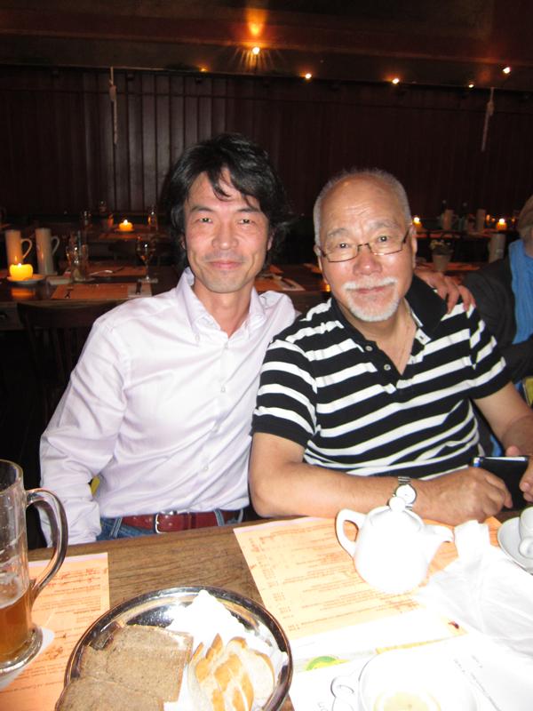(左はエルゼビア・オランダ本社に「栄転」した友人、足立泰とオランダで2010年撮)